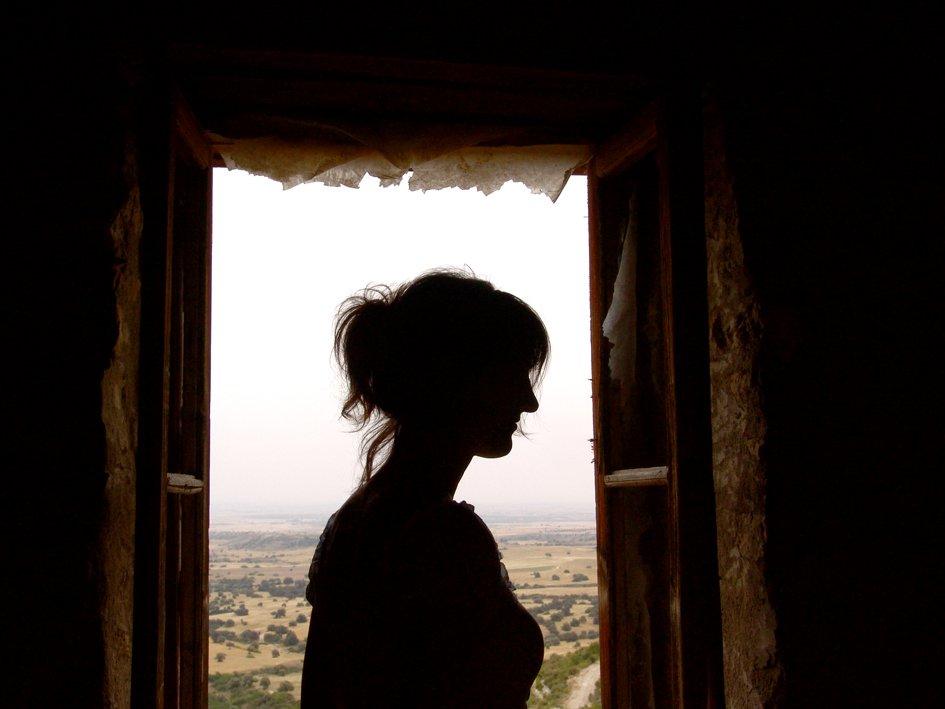 žena v okne