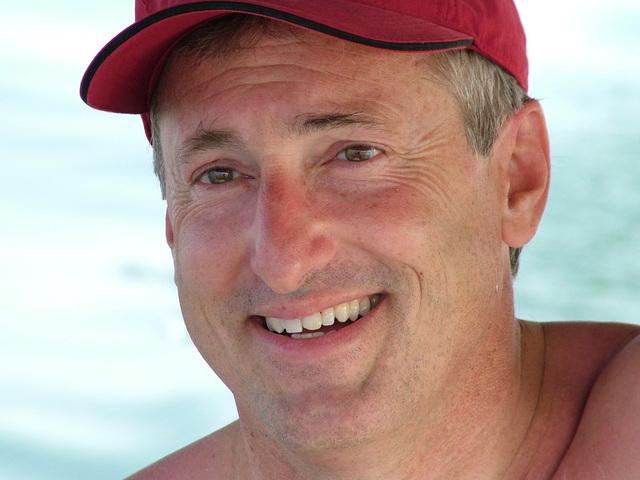 Muž v strednom veku, tvár, usmiaty, červená čiapka.jpg