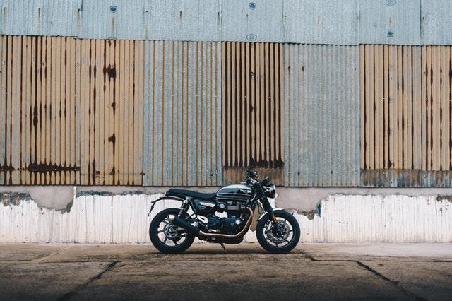 štýlová čierna motorka