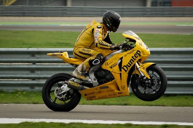 športový jazdec na motorke