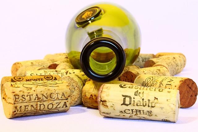 vínová fľaša a korky