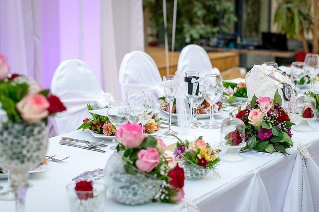 prestretý svadobný stôl