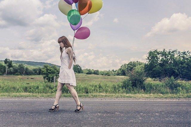 žena s balónmi.jpg
