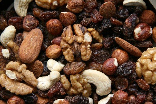 Miska so sušeným ovocím a orechmi