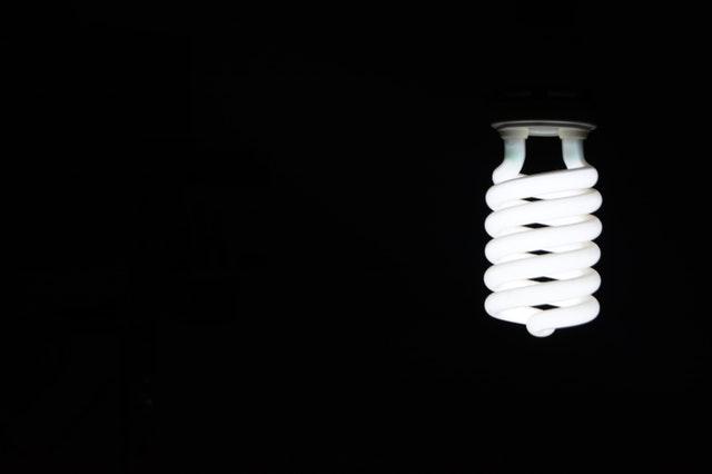 žiarovka v tme.jpg